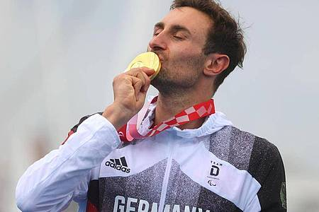 Gold als Belohnung: Triathlet Martin Schulz ist Paralympicssieger. Foto: Karl-Josef Hildenbrand/dpa