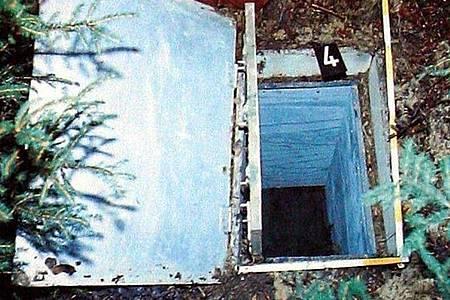 Die Reproduktion zeigt die Kiste, in der 1981 das zehnjährige Entführungsopfer Ursula Herrmann aus Eching am Ammersee erstickte. Foto: picture alliance/dpa/Archivbild