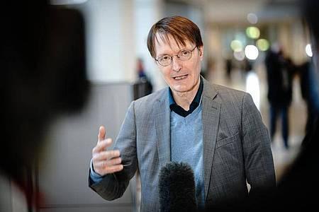Karl Lauterbach (SPD), Gesundheitspolitiker, spricht im Bundestag, nach der Regierungserklärung der Bundeskanzlerin zur Bewältigung der Corona-Pandemie, zu Medienvertretern. Foto: Kay Nietfeld/dpa