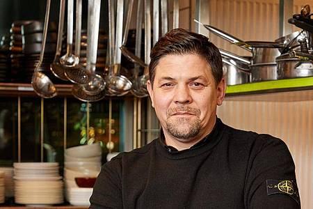 Fernsehkoch Tim Mälzer greift zur Mütze. Foto: Georg Wendt/dpa
