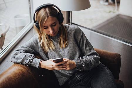Mädchen hört Musik über Kopfhörer
