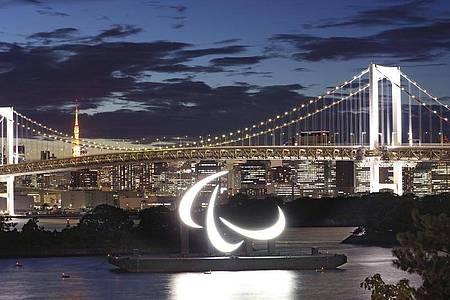Die drei paralympischen Agitos, das Symbol der Paralympischen Spiele, im Hafenviertel Odaiba. Foto: -/kyodo/dpa