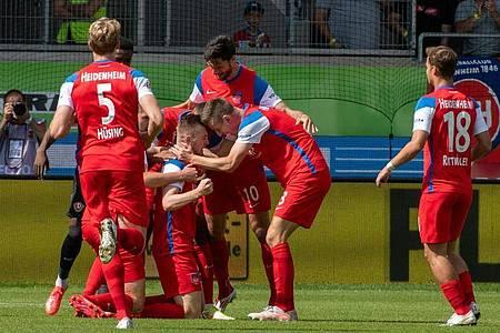 Erst spät machte der 1. FCHeidenheim den Sieg gegen Aufsteiger Dynamo Dresden perfekt. Foto: Stefan Puchner/dpa