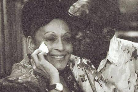Ibrahim Ferrer (r), Musiker des Buena Vista Social Clubs, küsst Omara Portuondo auf die Wange. Foto: Donata Wenders/BMG/dpa