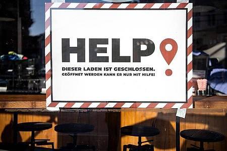 Schild im Fenster eines geschlossenen Lokals in Bremen. Foto: Sina Schuldt/dpa