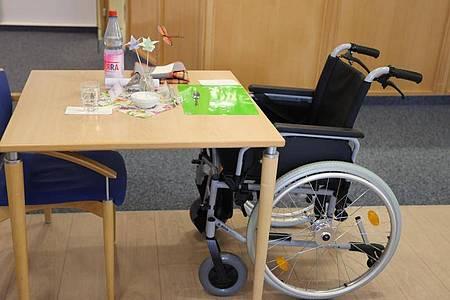 Pflege im Heim ist für die Betroffenen eine kostspielige Angelegenheit. Foto: Bodo Schackow/dpa-Zentralbild/dpa