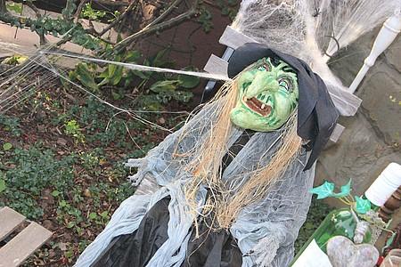Grüne Hexe als Halloweendekoration
