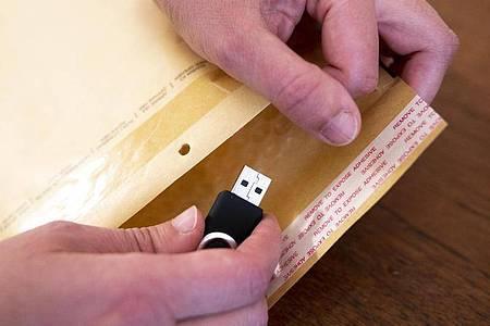 An den Kosten für einen Datenträger und das Briefporto darf die Zusendung persönlicher Daten laut Gericht nicht scheitern. Foto: Florian Schuh/dpa-tmn
