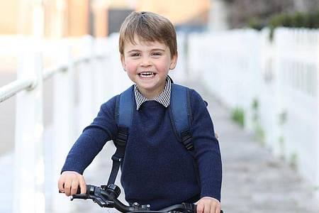 Prinz Louis auf seinem Laufrad, aufgenommen von seiner Mutter, Herzogin Kate. Foto: Duchess Of Cambridge/PA Media/dpa