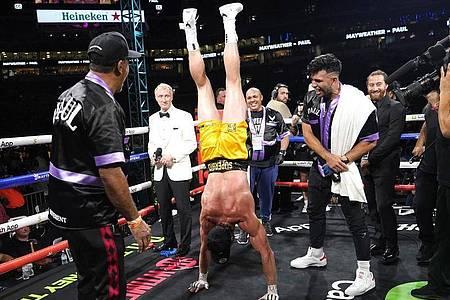 Logan Paul machte einen Handstand nach dem Showkampf gegen Mayweather im Hard Rock Stadium. Foto: Lynne Sladky/AP/dpa