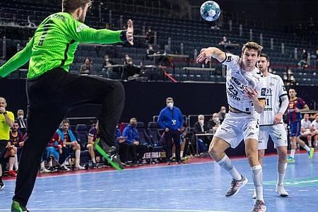 Kiels Rune Dahmke (2.v.r.) trifft gegen Barcelonas Torhüter Gonzalo Perez de Vargas. Foto: Marius Becker/dpa