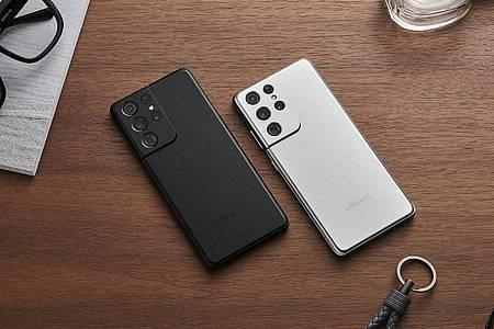 An der dicken Kamerabatterie am Rücken ist das Galaxy S21 Ultra zu erkennen. Foto: Samsung/dpa-tmn