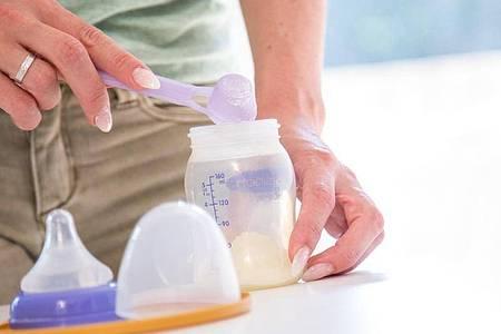 «Öko-Test» hat sich Babynahrung näher angeschaut und dabei festgestellt, dass Bio im Fall von Pre-Nahrung nicht unbedingt besser sein muss. Foto: Christin Klose/dpa-tmn