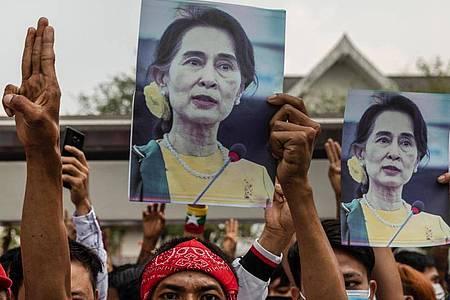 Beobachter und Menschenrechtsexperten vermuten, dass die Junta Aung San Suu Kyi durch mehrere Verfahren langfristig zum Schweigen bringen will. Foto: Andre Malerba/ZUMA Wire/dpa
