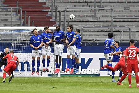 Eduard Löwen (2.v.r) legte mit seinem Führungstor den Grundstein zum FCA-Sieg aufSchalke. Foto: Martin Meissner/AP-Pool/dpa