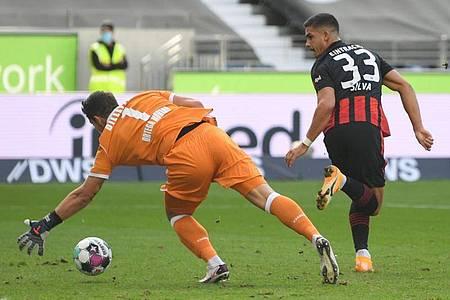 Frankfurts Andre Silva (r) versucht den Ball per Hacke an Bielefelds Torwart Stefan Ortega Moreno ins Tor zu schießen. Foto: Arne Dedert/dpa