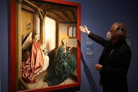 """Michael Eissenhauer, Generaldirektor der Staatlichen Museen, erläutert ein Gemälde von Konrad Witz mit dem Titel """"Die Verkündung an Maria"""" aus dem Jahr 1440. Foto: Wolfgang Kumm/dpa"""
