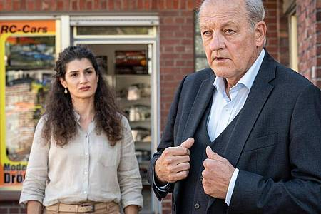 Die Besitzerin einer Schneiderei, Tahmina Ahmadi (Anastasia Papadopoulou), engagiert Wilsberg (Leonard Lansink). Foto: Thomas Kost/ZDF/dpa