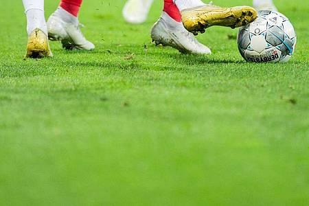 Fernab der Saisonfortsetzung gibt es Forderungen nach einem Umdenken im Fußball. Foto: Rolf Vennenbernd/dpa