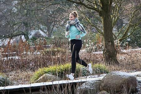 Wer im Beruf antriebslos ins neue Jahr gestartet ist, sollte für mehr Bewegung sorgen - zum Beispiel bei einer Joggingrunde an der frischen Luft. Foto: Christin Klose/dpa-tmn
