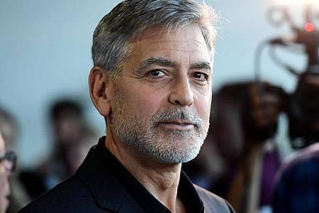 George Clooney hantiert in Corona-Zeiten mit einem Haarschneidegerät. Foto: Ian West/PA Wire/dpa