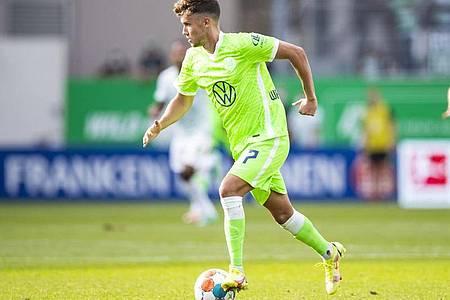 Der Wolfsburger Luca Waldschmidt sitzt zunächst auf der Bank. Foto: Tom Weller/dpa
