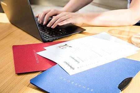 Luftig leicht zu lesen:Der Lebenslauf sollte nicht mit zu vielen Infos vollgestopft werden. Foto: Christin Klose/dpa-tmn