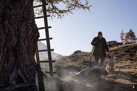 Flattacher (Johannes Flaschberger) findet einen Toten vor seinem Hochsitz - eine Szene aus «Waidmannsdank». Foto: Helga Rader/ZDF/dpa