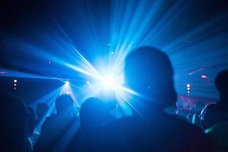 Menschen feiern in einem Club. Foto: Sophia Kembowski/dpa