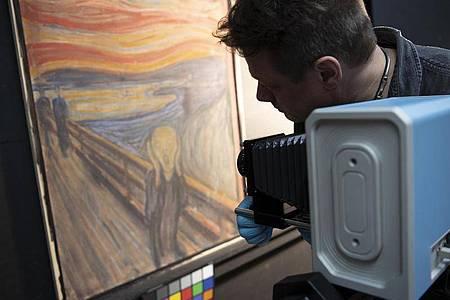 Mit der Infrarotkamera dem Geheimnis auf der Spur:Edvard Munchs «Der Schrei» wird durchleuchtet. Foto: Annar Bjørgli/The National Museum/dpa