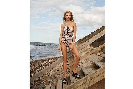 Bringt die Schulter schön zur Geltung: Der One-Shoulder-Badeanzug von Second Female hat ein apartes Muster (79 Euro). Foto: Second Female/dpa-tmn