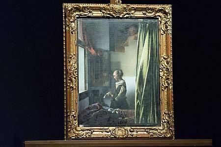 Das teilrestaurierte Gemälde «Brieflesendes Mädchen am offenen Fenster» von Johannes Vermeer im Mai 2019 in der Gemäldegalerie Alte Meister. Foto: Sebastian Kahnert/dpa-Zentralbild/dpa