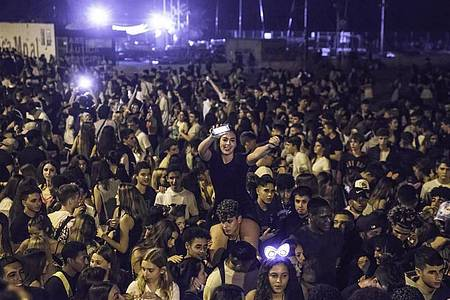Partys im Freien, oft mit viel Alkohol, die in Spanien «Botellones» genannt werden, sind eigentlich verboten. Das Trinken von Alkohol in der Öffentlichkeit kann hohe Bußgelder nach sich ziehen. Foto: Thiago Prudencio/SOPA Images via ZUMA Press Wire/dpa