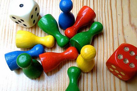 Bunte Spielfiguren und Würfel