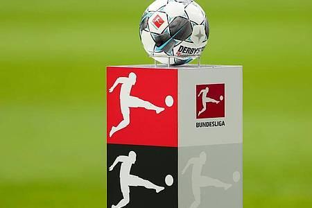 Nach der Corona-Pause wird der Ball in der Fußball-Bundesliga (vorerst) wieder rollen. Foto: Jan Woitas/dpa-Zentralbild/dpa