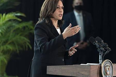 Kamala Harris, Vizepräsidentin der USA, spricht zu den Medien. Bei der ersten Auslandsreise von Kamala Harris als US-Vizepräsidentin haben in Mexiko die beiden Nachbarländer eine engere Zusammenarbeit unter anderem beim Thema Migration vereinbart. Foto: Jacquelyn Martin/AP/dpa