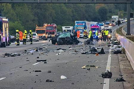 Die Autobahn 5 gleicht nach nach einem Unfall einem Trümmerfeld. Foto: Christoph Lorenz/5vision.media/dpa