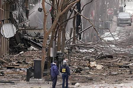 Heftige Explosion in der Innenstadt von Nashville: Einsatzkräfte sind am 1. Weihnachtsfeiertag vor Ort. Foto: Mark Humphrey/AP/dpa