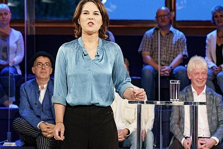 Annalena Baerbock in der ARD-Wahlarena. Die Grünen-Spitzenkandidatin will bei einem Wahlsieg auf einen Abzug der US-Atombomben aus Deutschland dringen. Foto: Axel Heimken/dpa
