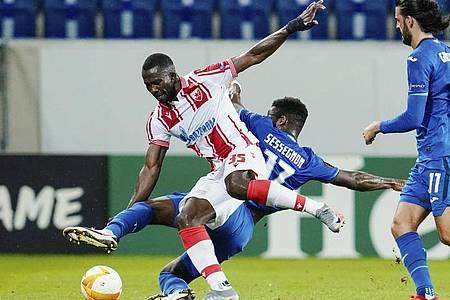 Hoffenheims Ryan Sessegnon versucht Belgrads Sekou Sanogo vom Ball zu trennen. Foto: Uwe Anspach/dpa