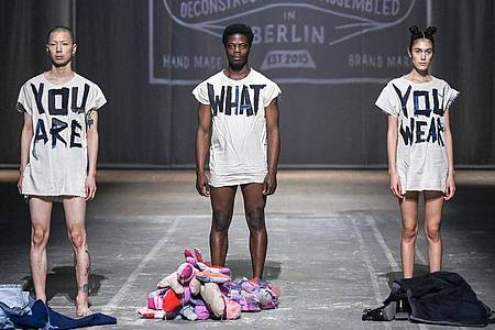 Kleider machen Leute beim Fade Out Label. Foto: Jens Kalaene/dpa-Zentralbild/dpa