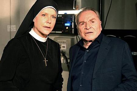 Schwester Hanna (Janina Hartwig, l.) und Bürgermeister Wöller (Fritz Wepper, r.) in der letzte Folge der Familienserie «Um Himmels Willen». Foto: Barbara Bauriedl/ARD/dpa