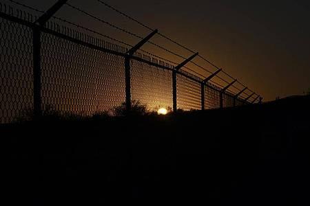 Nach der Räumung des provisorischen Migrantencamps in der texanischen Stadt Del Rio haben die USA den dortigen Grenzübergang zu Mexiko wieder geöffnet. Foto: Fernando Llano/AP/dpa