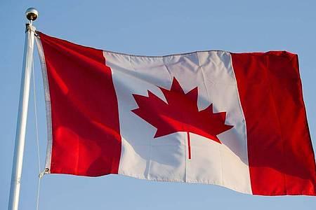 Die kanadische Flagge. Der kanadische Ort Asbestos (Deutsch:Asbest) soll nach einem Referendum seiner Bevölkerung in Val-des-Sources umbenannt werden. Foto: Patrick Pleul/dpa-Zentralbild/dpa