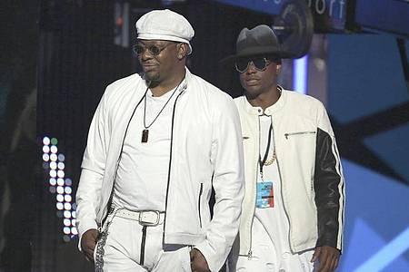 Bobby Brown (l), Sänger aus den USA, und sein Sohn Bobby Brown Jr. (2016). Foto: Matt Sayles/Invision/AP/dpa
