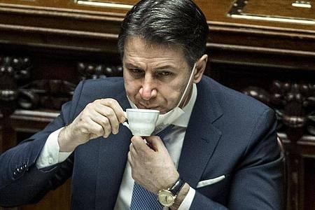 Steht vor der nächsten Hürde:Italiens Ministerpräsident Giuseppe Conte trinkt einen Espresso. Foto: Lapresse / Roberto Monaldo/LaPresse via ZUMA Press/dpa