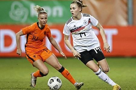 Die Niederländerin Jackie Groenen (l) kämpft gegen Laura Freigang um den Ball. Foto: Maurice Van Steen/ANP/dpa