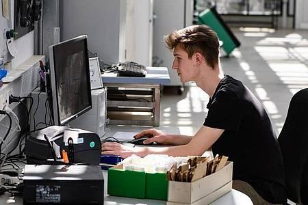 Dem angehenden Pflanzentechnologen gefällt, dass er in seinem Beruf mal draußen und mal am Computer im Büro arbeitet. Foto: Swen Pförtner/dpa-tmn