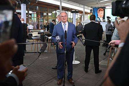 Wahlsieger Haseloff spricht nach Bekanntgabe der ersten Prognosen in Magdeburg. Foto: Bernd Von Jutrczenka/dpa
