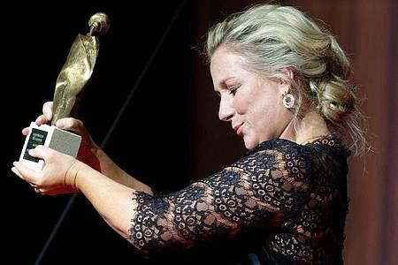 Die Sopranistin Diana Damrau mit ihrem Kulturpreis in der Beethoven-Stadt Bonn. Foto: Henning Kaiser/dpa